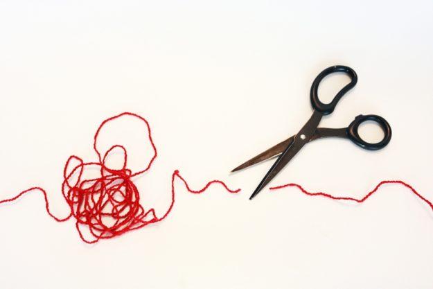 赤い糸とハサミ