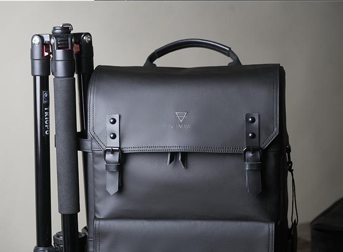 4.三脚をバッグのサイドに取付可能