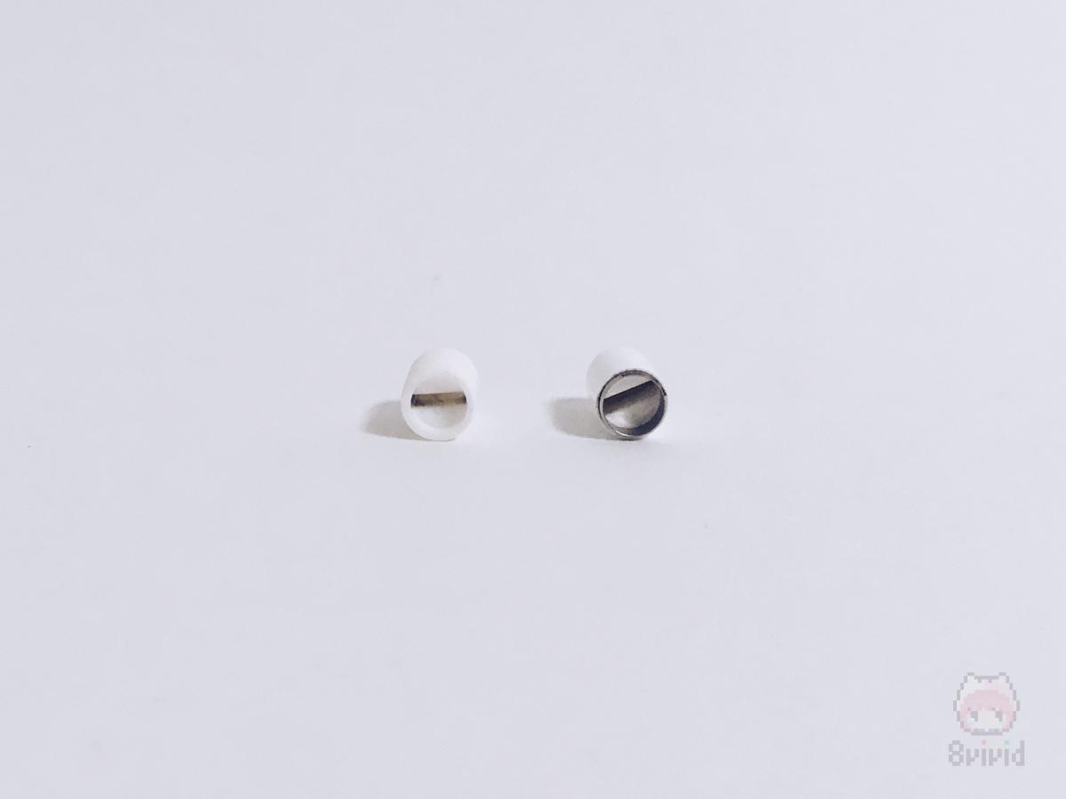 左が本製品。右がApple純正。マグネット式ではないが、しっかりと保持は可能。