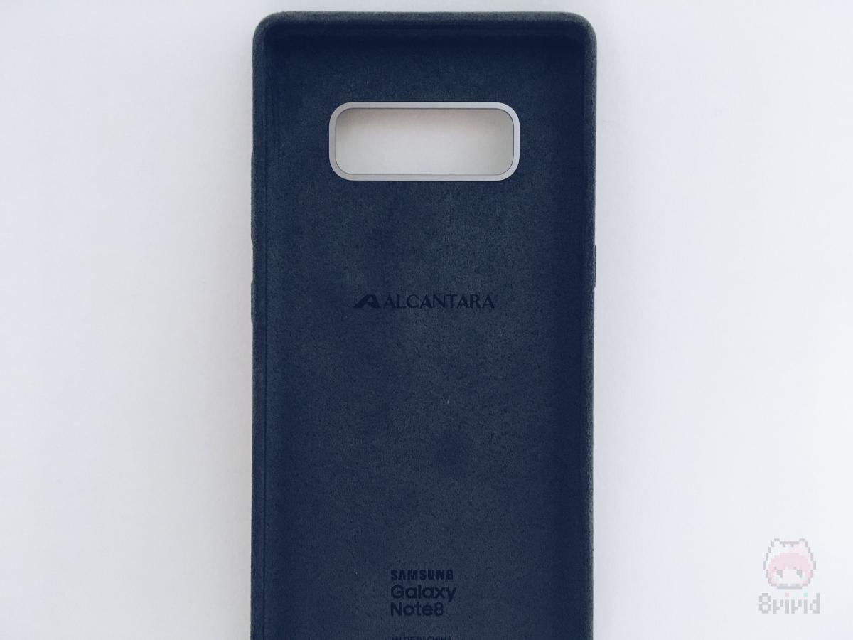 """中央の""""ALCANTARA""""の刻印が、品質の証。"""