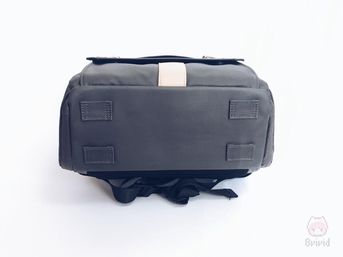 三脚は専用のアタッチメントで、底面にも装着可能。
