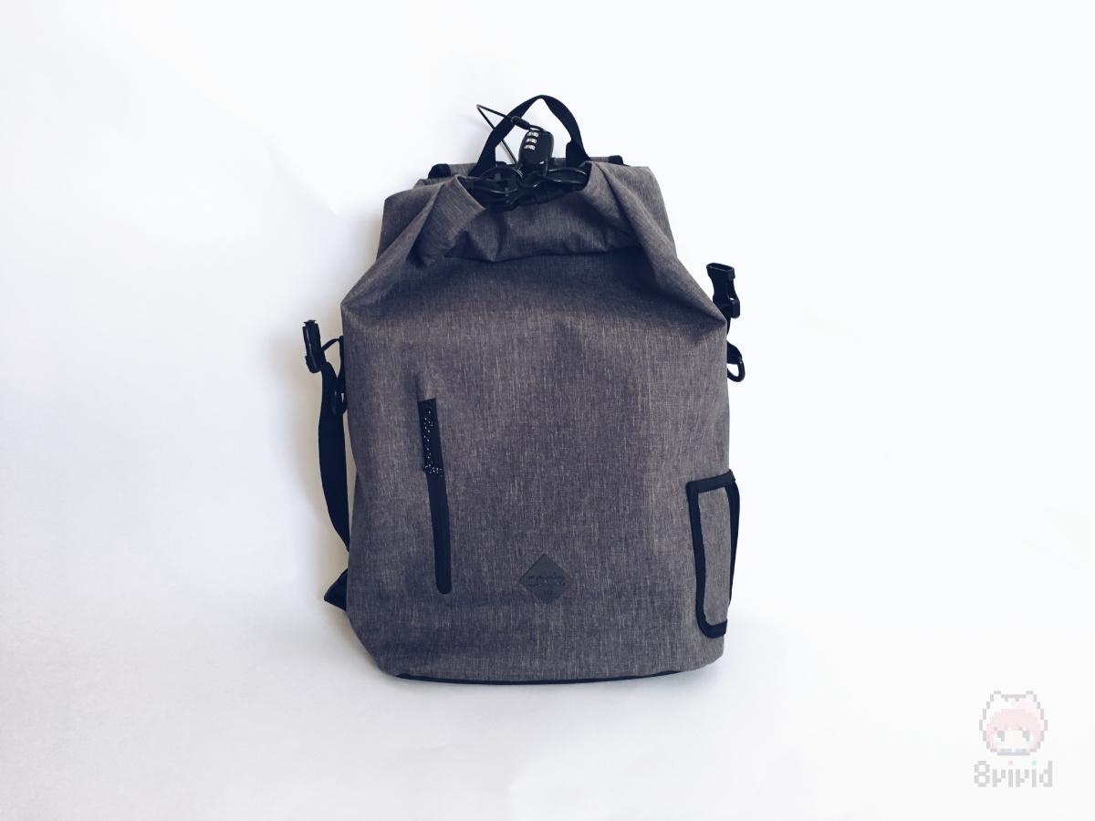 専用の鍵がバッグの背面に隠れている。