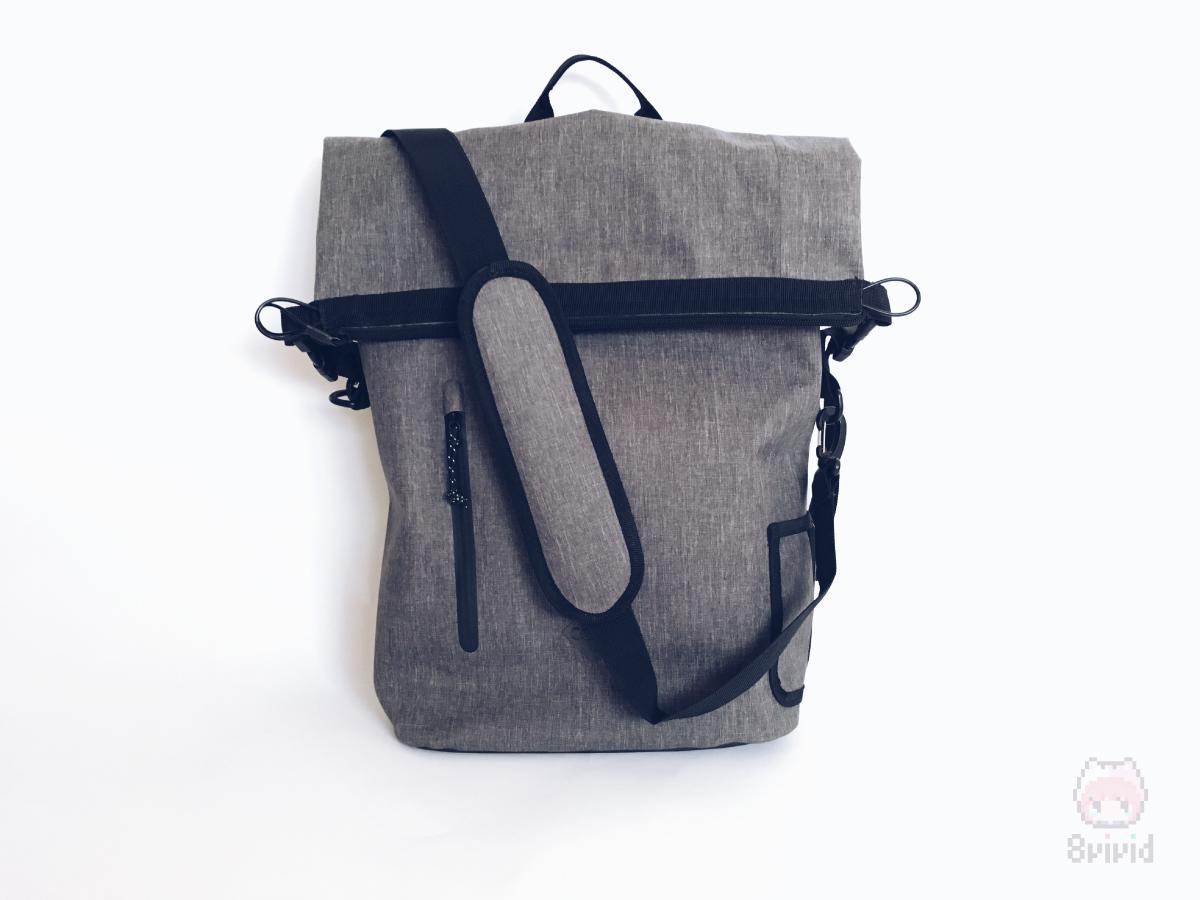バックパックがショルダーバッグに変形。