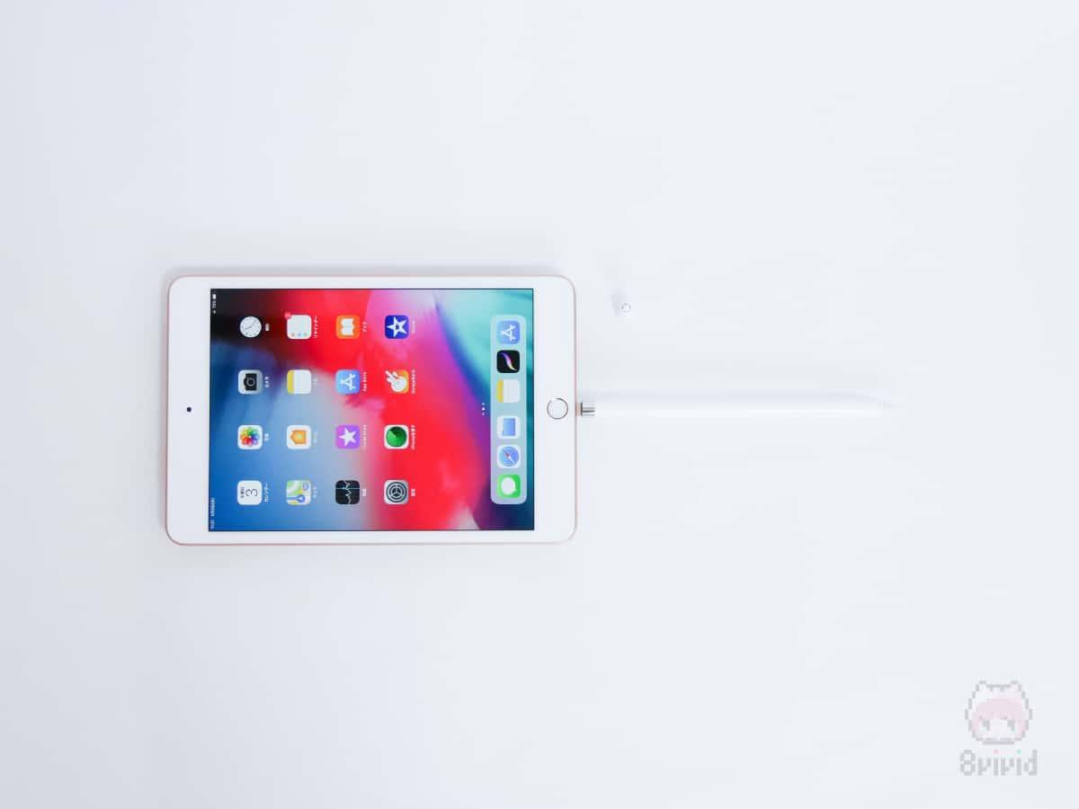 Apple Pencil(第1世代)は、iPadのLightning端子に接続して充電。