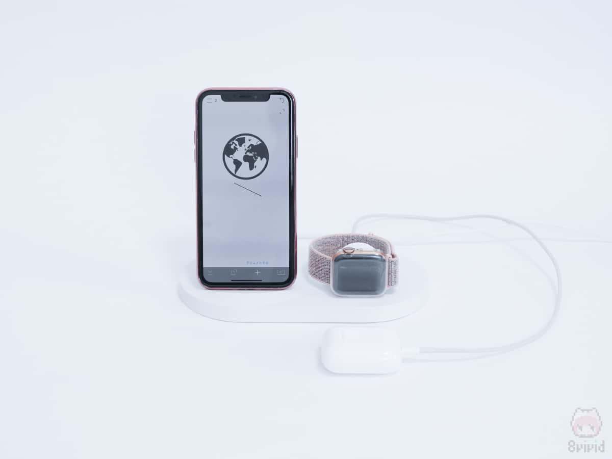 iPhone XS・Apple Watchに加えて、AirPodsも同時充電可能。