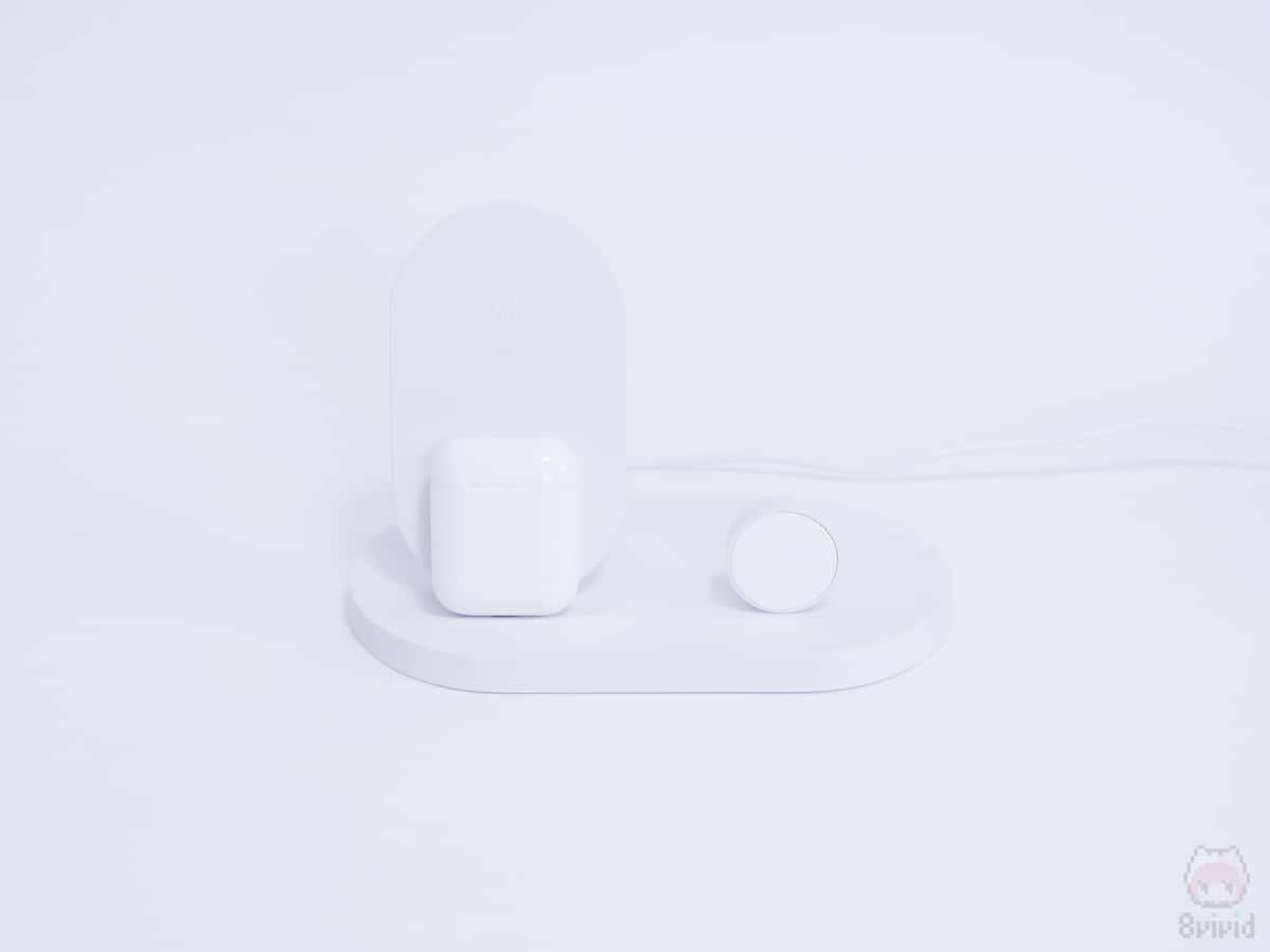 こうしなくても、『AirPods with Wireless Charging Case』が背面のUSBで充電できる。