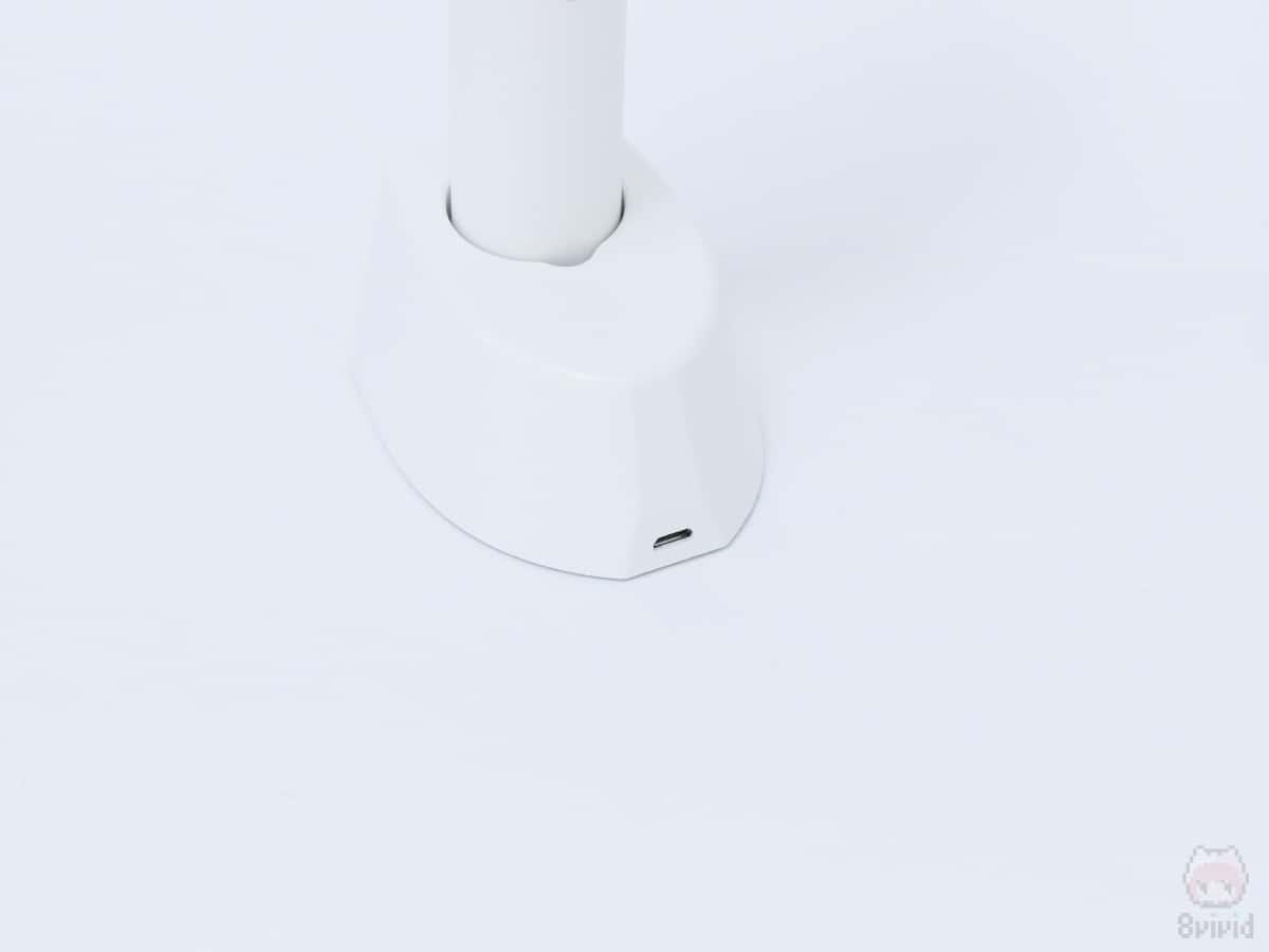 付属の充電ベースで、卓上扇風機に早変わり。
