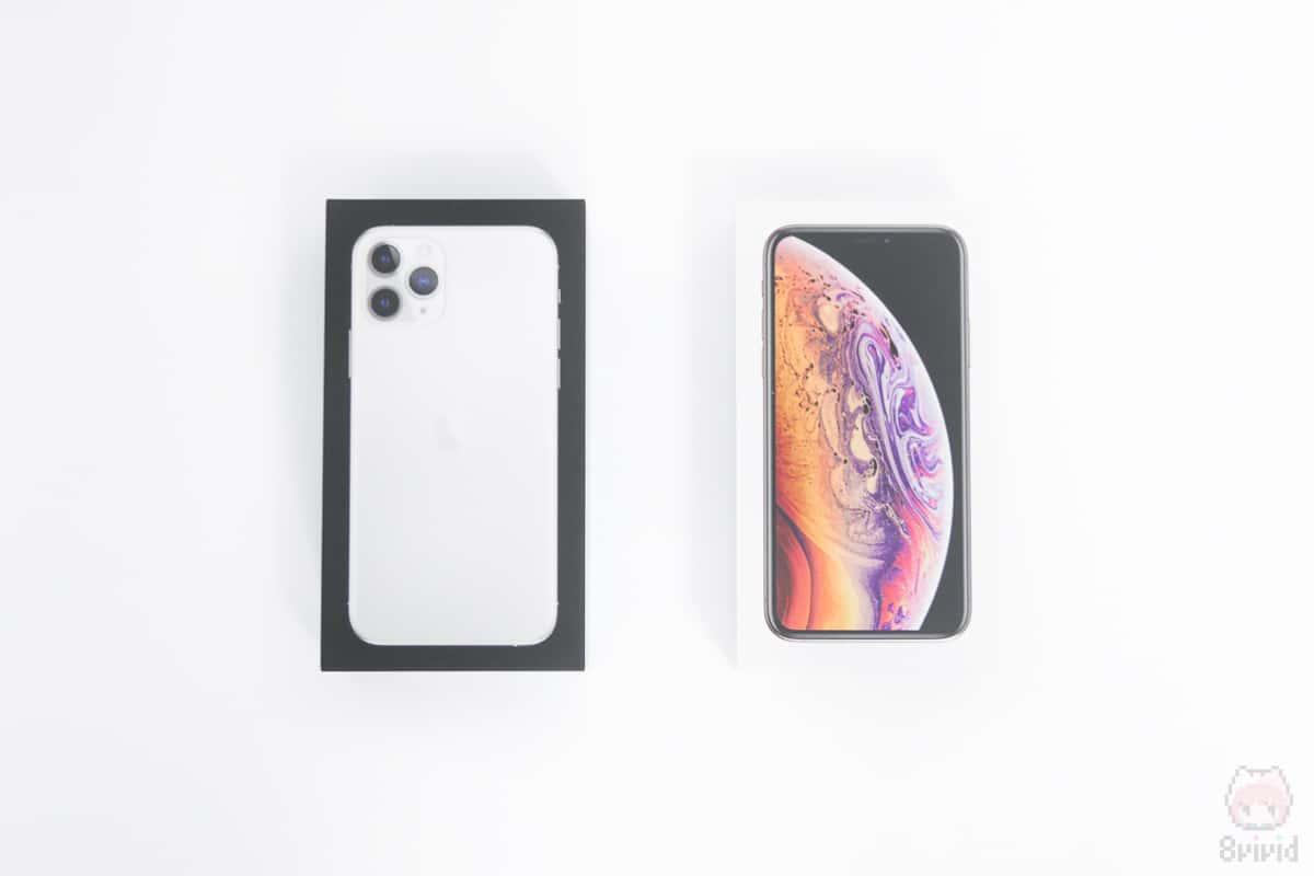 左:iPhone 11 Pro外箱前面 右:iPhone XS外箱前面