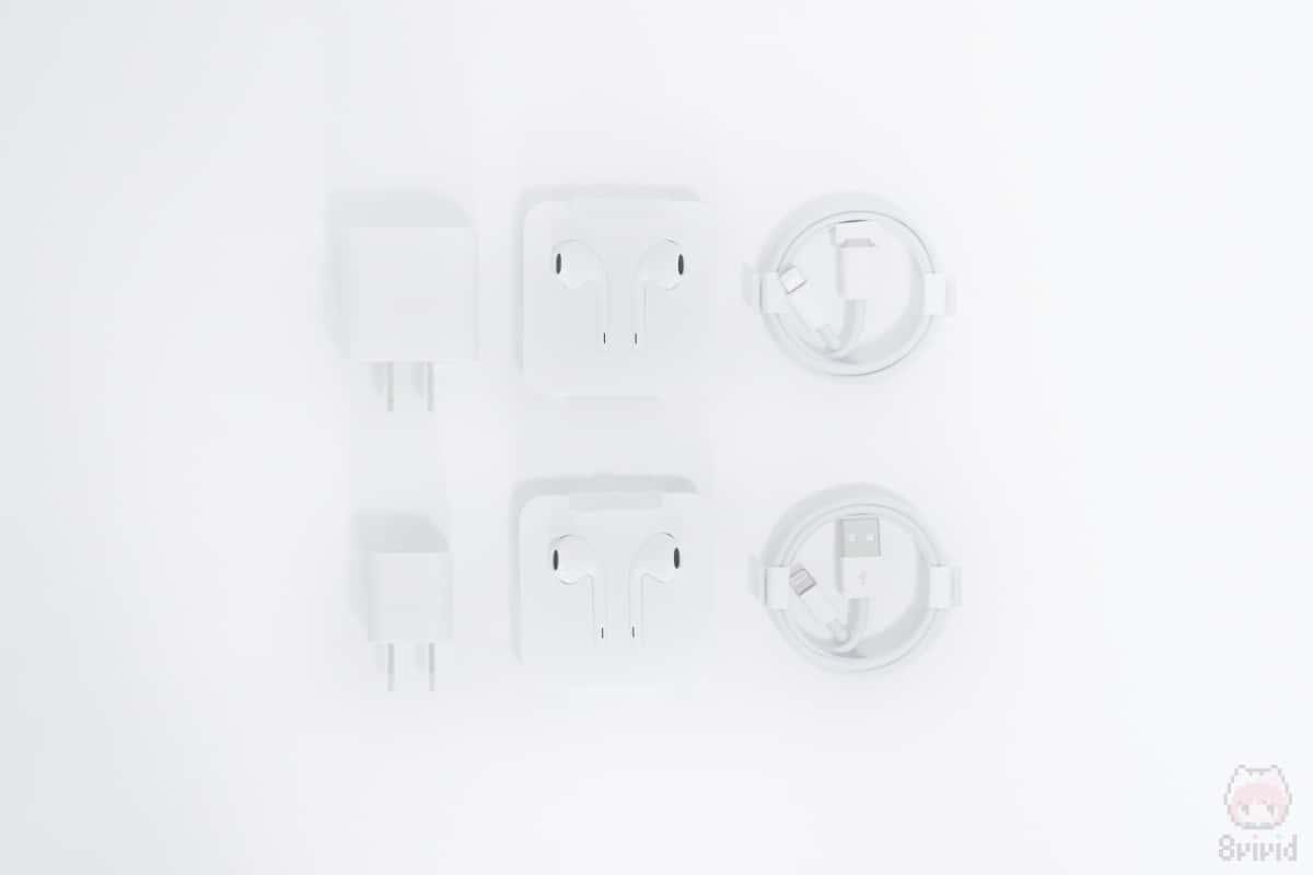 左:iPhone 11 Pro付属品 右:iPhone XS付属品