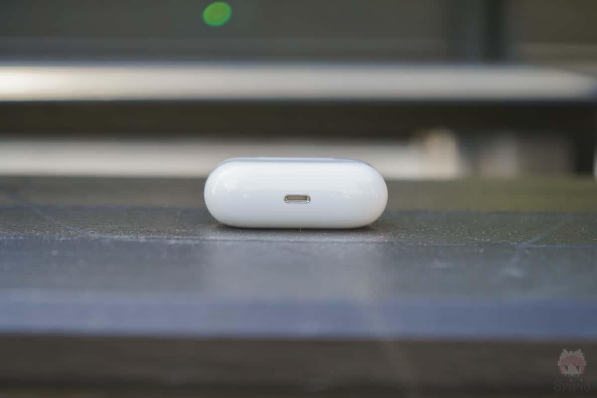 AirPods Pro充電ケース下側面。