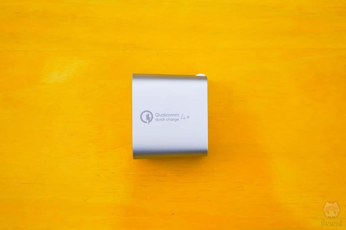 BOOST↑CHARGE USB充電器(F7U074dq04-SLV)本体側面。
