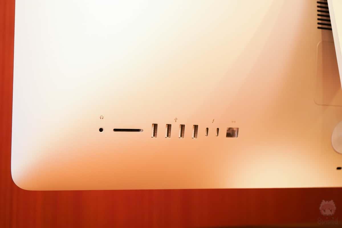 iMac Retina 5Kはポート類も豊富。