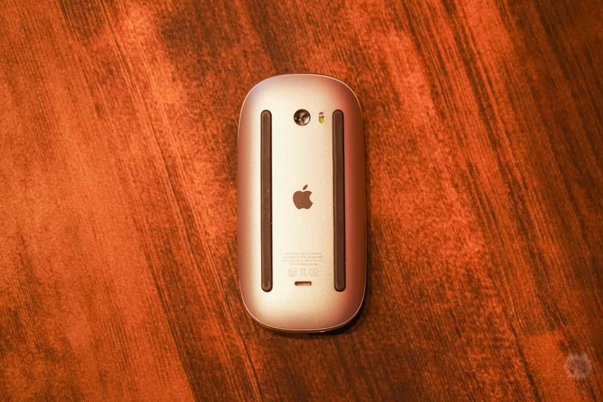 Magic Mouse 2のLightningポートの位置よ…。