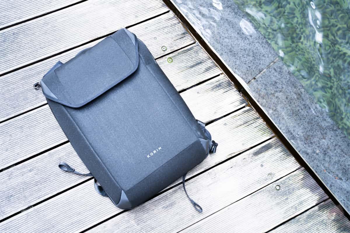 ガジェットバッグとして安心な撥水素材。