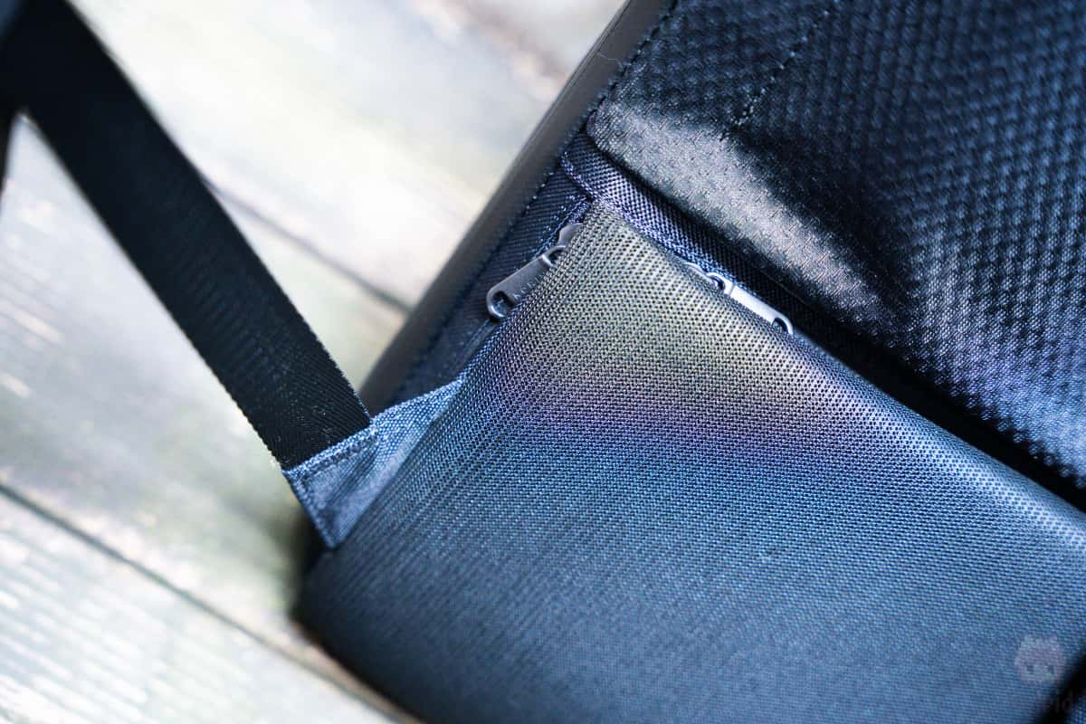 クイックアクセスポケットと盗難防止ポケット。