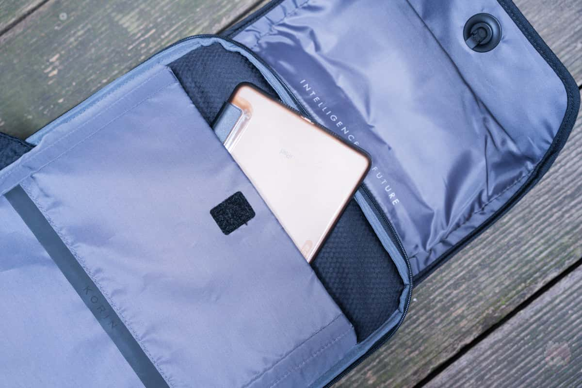 タブレット専用ポケットも嬉しい。