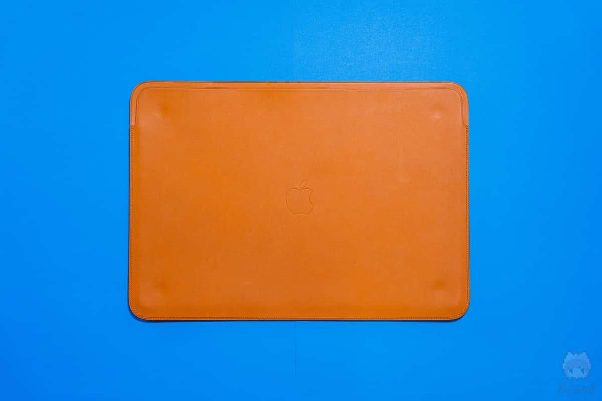 16インチMacBook Pro用レザースリーブ表面。
