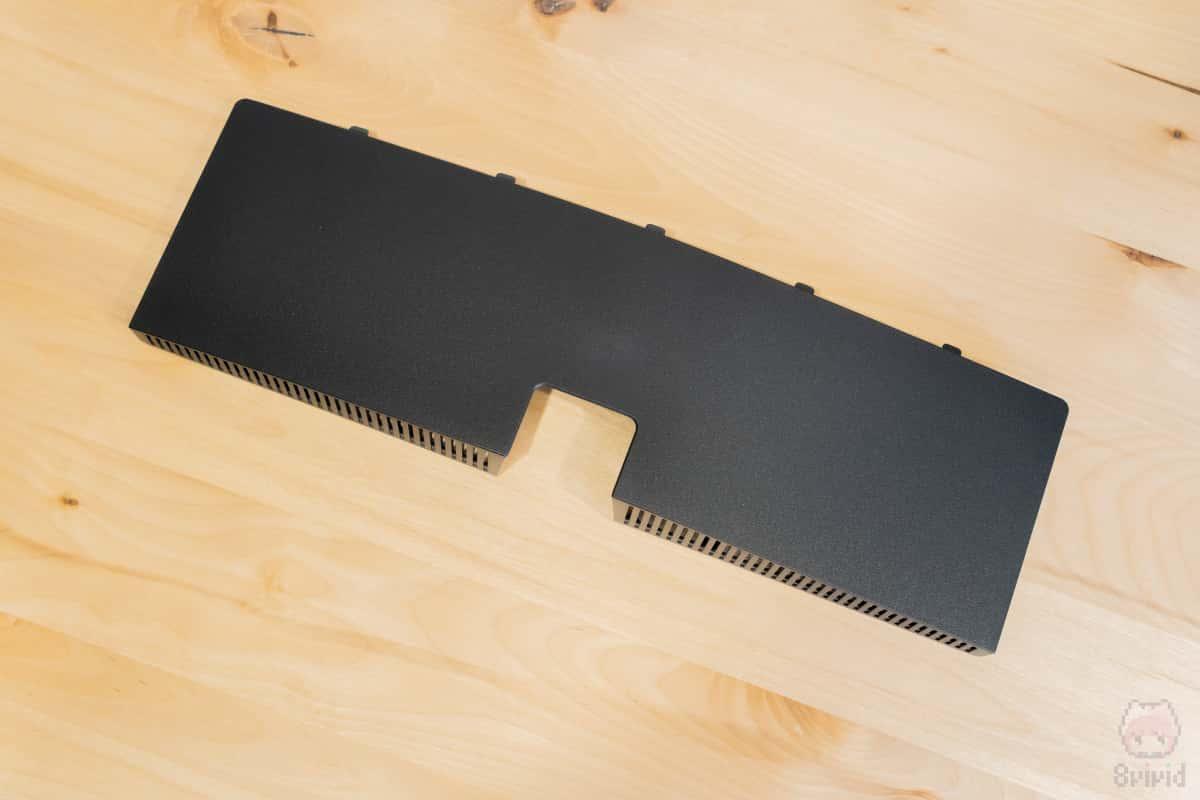 ケーブルを隠す端子カバーが結構しっかり固定される。