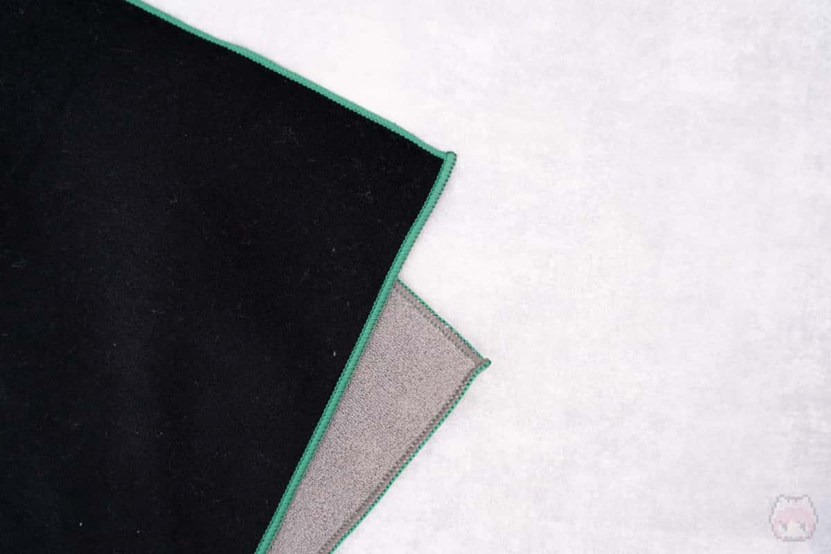 表地と裏地がベルクロテープのようにくっつく不思議設計。