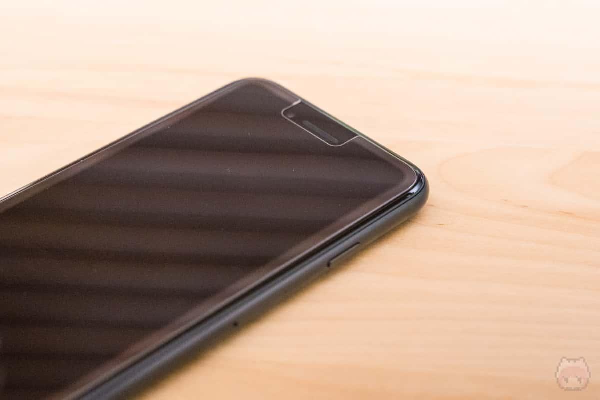 エッジ処理がiPhone 8と異なるので、浮いてしまう。
