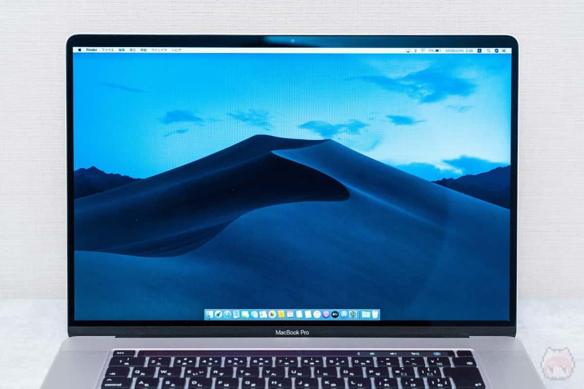MacBook Pro 16インチ(2019)正面。