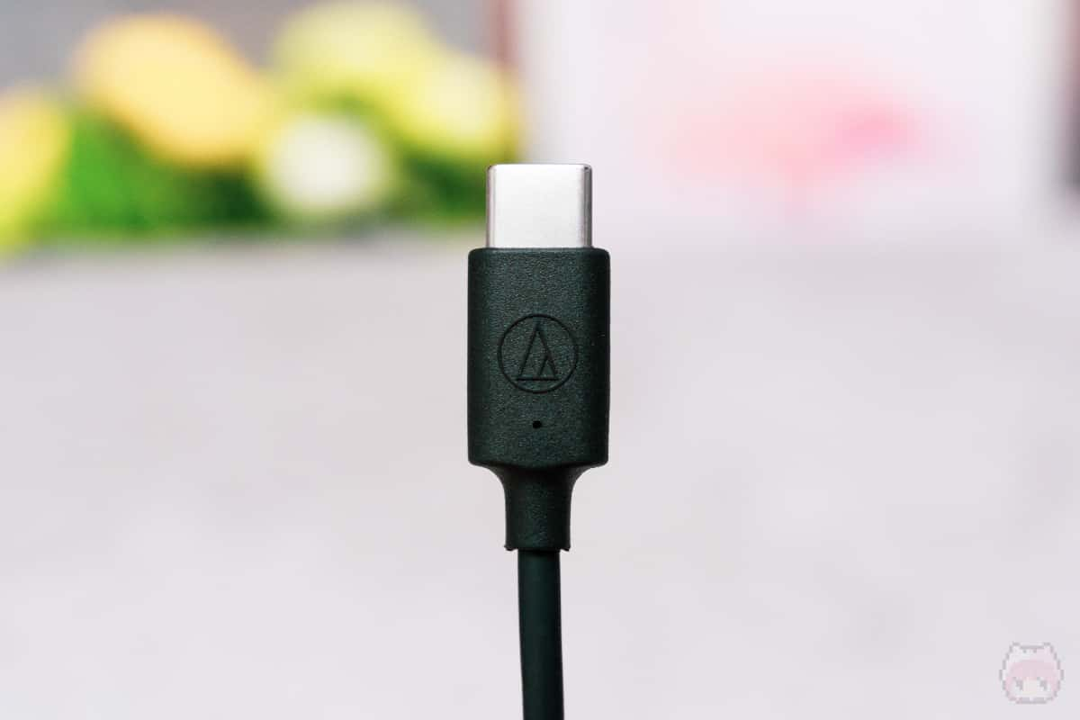 """USBケーブルには""""オーテクロゴ""""の刻印が。"""