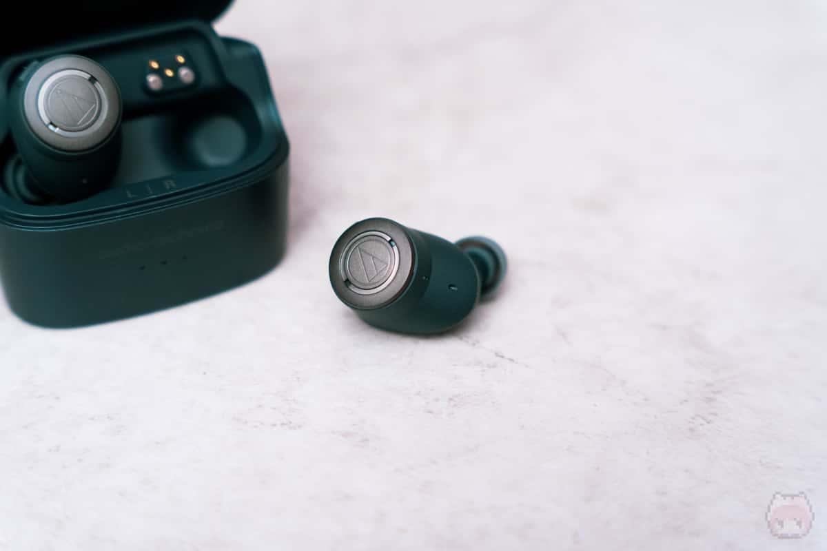 イヤホンを充電しながら交互に使えば、バッテリーを気にすることなく使える。