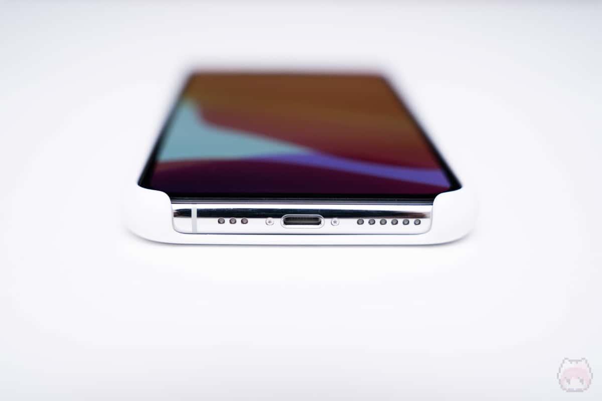 iPhoneの下側面が守れないのはマイナス。