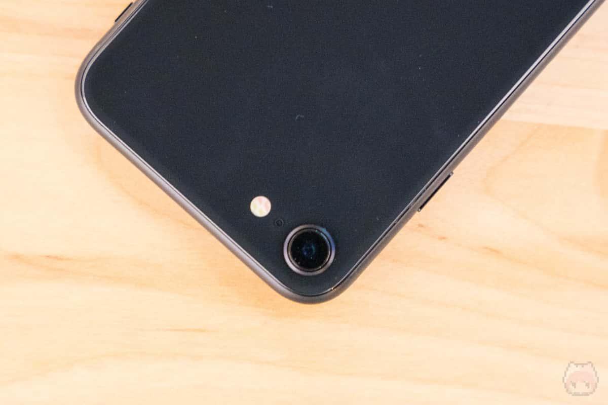 リアカメラはシンプルなシングルカメラ構成。