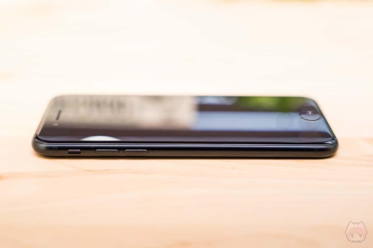 iPhone SE(第2世代)左側面。