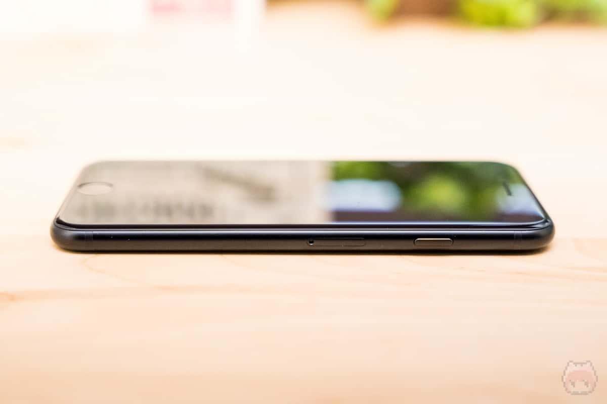 iPhone SE(第2世代)右側面。