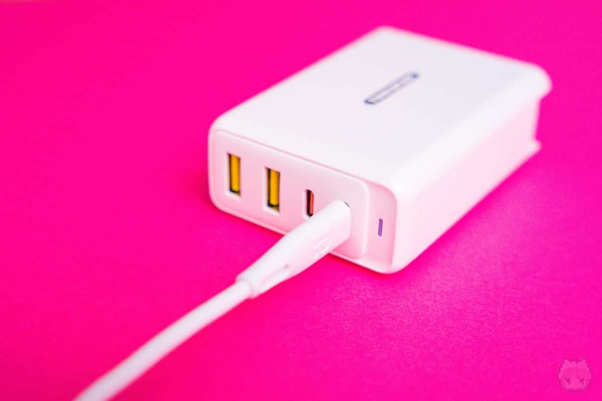 USB Type-Cポート1つで100W出力可能。