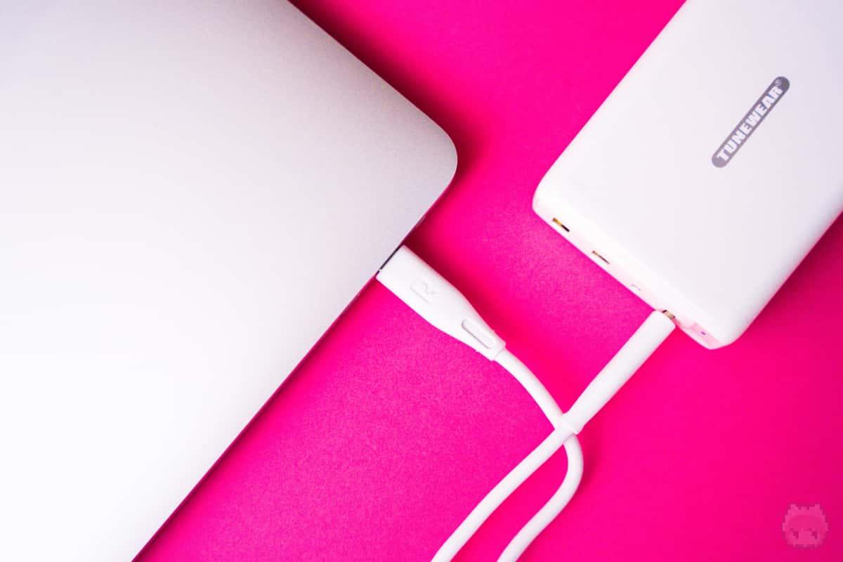 MacBook Pro 16インチも余裕で充電可能。