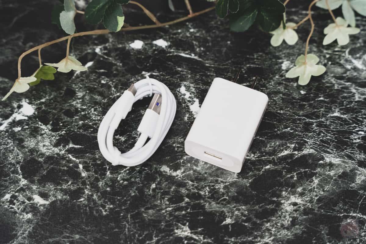 ケーブルは付属しているが、USB充電器は別途用意する必要あり。