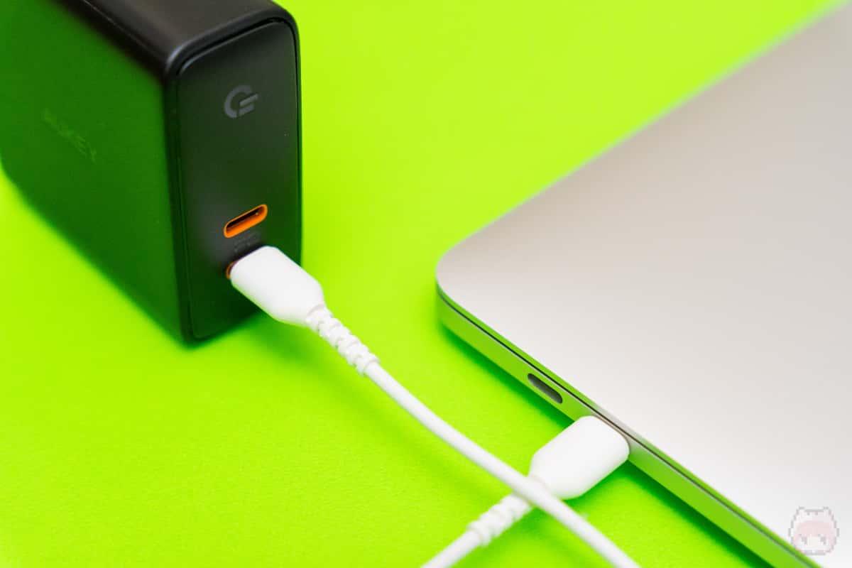 60WのUSB PD出力なので、MacBook Pro 13インチも充電可能。