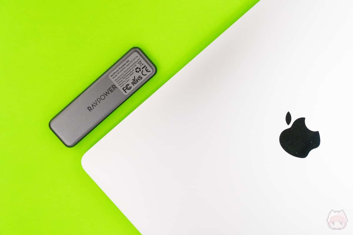 MacBook Pro 13インチと比較すると、ここまで小さい。