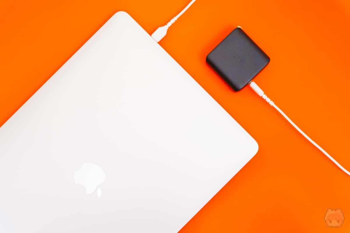 MacBook Pro 13インチを使いながら余裕で充電可能。