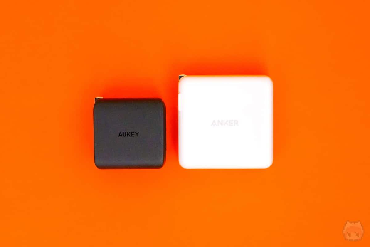 Anker PowerPort Atom III (Two Ports)とのサイズ比較。