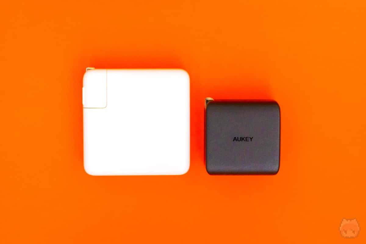 96W USB-C電源アダプタより圧倒的に小型軽量。