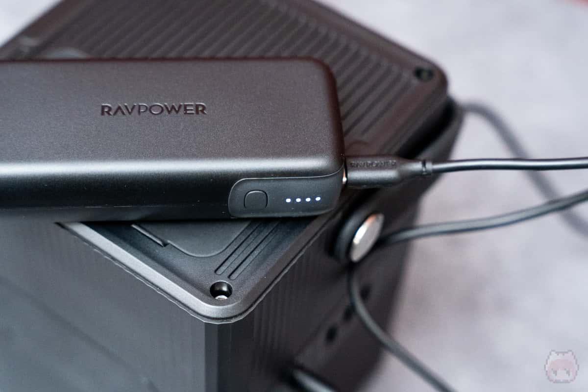 デバイスを充電しながら、自身を充電できるので電源確保も容易。