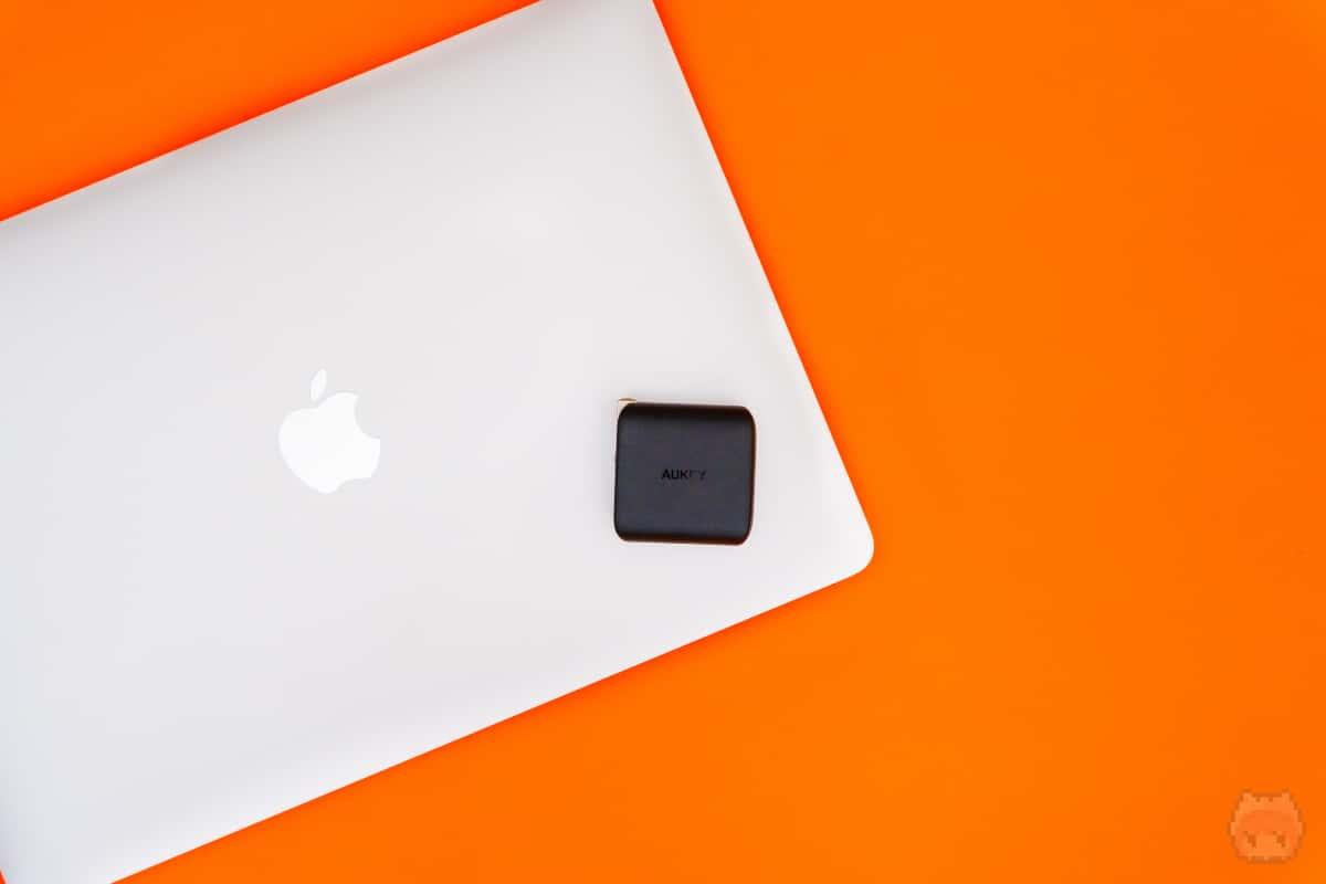 MacBook Pro 13インチの充電器が61Wなので、この出力は充電器の激戦区。