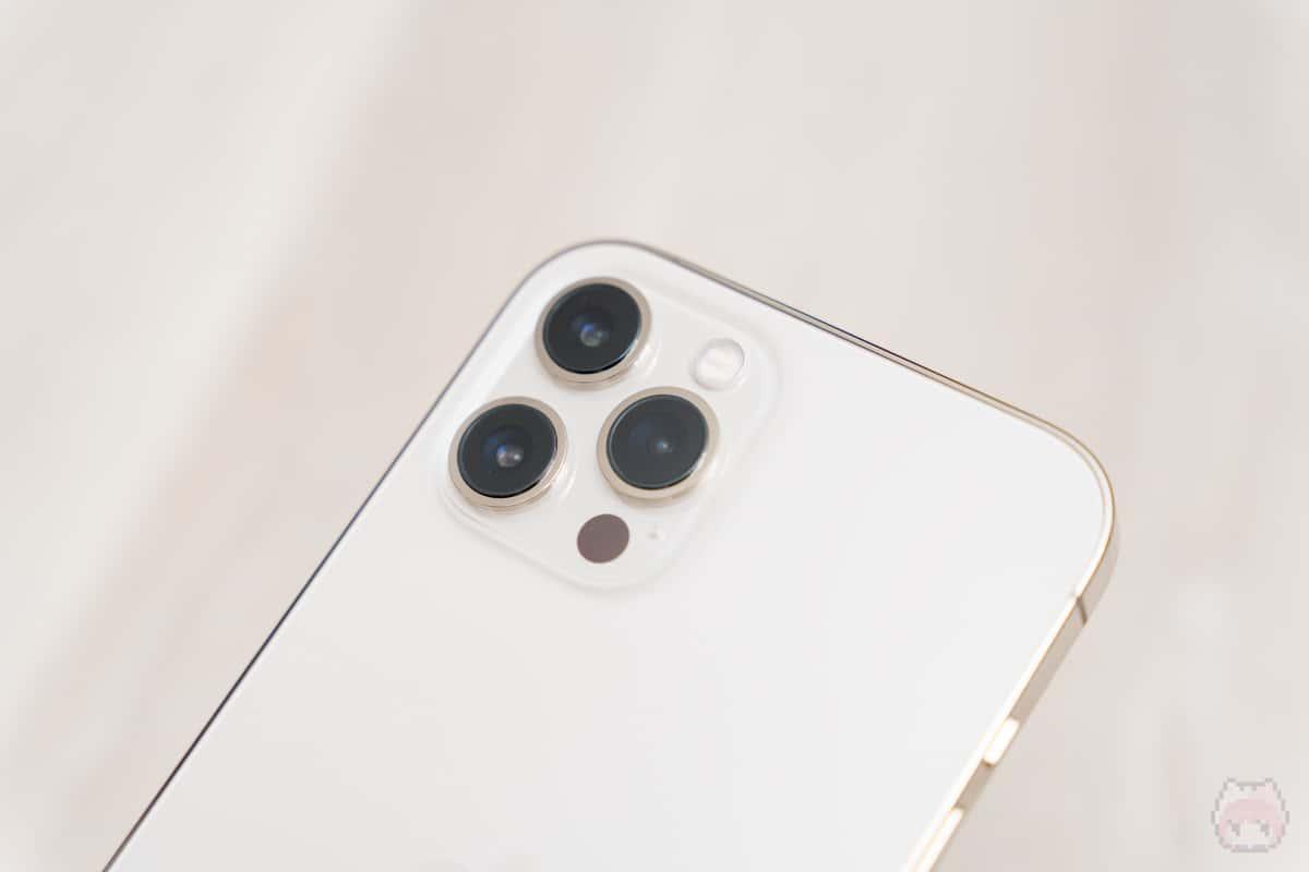 iPhone 12 Pro Maxのリアカメラはトリプルカメラ。