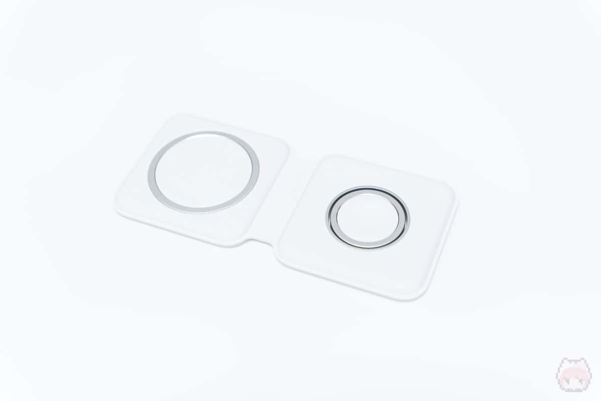 MagSafeデュアル充電パッドはナイトスタンドモードに対応。